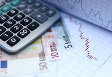 Le déficit public de la France diminuerait à 3,5% de la richesse nationale l'an prochain puis 3,0% en 2017, soit des niveaux supérieurs à ce que prévoit le gouvernement, selon des économistes interrogés par Reuters dans le cadre d'une enquête trimestrielle. /Photo d'archives/REUTERS/Dado Ruvic