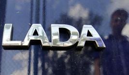 Логотип Lada на автомобиле в дилерском центре в Санкт-Петербурге. 9 июля 2014 года. Российский автопроизводитель Автоваз и его казахский партнер Бипэк Авто перенесли начало производства автомобилей Lada на заводе в Казахстане на 2018 год. REUTERS/Alexander Demianchuk