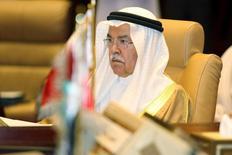 Imagen de archivo del ministro de Petróleo de Arabia Saudita, Ali al-Naimi, en una reunión en Doha, sep 10, 2015. El ministro de Petróleo de Arabia Saudita, Ali al-Naimi, dijo el jueves que ve señales de que la demanda mundial de crudo está mejorando pese a la desaceleración económica en China y consideró que la oferta y la demanda estaría más equilibrada en el corto plazo. REUTERS/Naseem Zeitoon