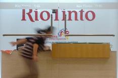 Una mujer corre delante de la mesa de recepción en la oficina de Rio Tinto en Shanghái, 22 de marzo de 2010. Rio Tinto registró el viernes un alza de 17 por ciento en sus envíos de mineral de hierro en el tercer trimestre y dijo que se dirige a cumplir con una meta para todo el año de 340 millones de toneladas, desatendiendo los riesgos de una desaceleración económica y una producción récord de acero en China. REUTERS/Stringer