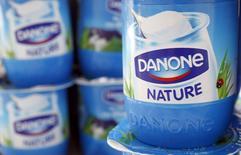 Danone cède 1,02% à 14h à la Bourse de Paris, où le CAC 40 avance de 0,3%. L'agroalimentaire (-0,8%) accuse la plus forte baisse sectorielle en Europe, plombé par Nestlé (-2,5%) qui a abaissé son objectif de croissance organique des ventes. /Photo d'archives/REUTERS/Vincent Kessler - RTR4XGJJ