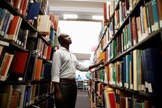 Une cour d'appel de New York a jugé vendredi que le projet de bibliothèque en ligne de Google, réalisé par le biais de la numérisation d'ouvrages, n'enfreignait pas le droit d'auteur, déboutant ainsi les écrivains qui avaient porté plainte en 2005, un an après le lancement du projet. /Photo d'archives/REUTERS/Lucy Nicholson