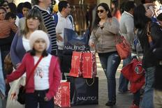 Unas personas realizando compras en el centro comercial Citadel en Los Angeles, EEUU, dic 26, 2014. Las ventas estadounidenses durante la temporada de fiestas de fin de año aumentarían un modesto 2,8 por ciento en 2015, dado que la tenue recuperación económica probablemente pesará sobre el gasto de los consumidores, dijo el viernes la firma analítica RetailNext.  REUTERS/Jonathan Alcorn