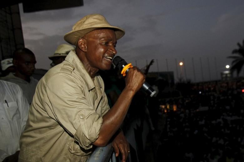 Cellou Dalein Diallo of the Union des forces democratiques de Guinee (UFDG) speaks during a campaign rally at the yard next to the parliament building in Conakry October 8, 2015.  REUTERS/Luc Gnago