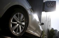 Volkswagen envisage une réduction du nombre de ses emplois temporaires dans le cadre d'efforts financiers destinés à pallier les coûts engendrés par le scandale de la manipulation de tests d'émissions polluantes. /Photo prise le 5 octobre 2015/REUTERS/Kim Hong-Ji