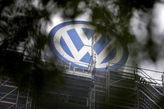 """En la imagen, el logo de Volkswagen en la sede de la empresa en  Wolfsburgo, Alemania, el 7 de octubre de 2015. Volkswagen fabricó varias versiones de su """"dispositivo de ocultamiento"""", un software para alterar las pruebas de emisiones de gases de sus vehículos, dijeron a Reuters tres fuentes cercanas al tema, lo que sugiere que la práctica estaba sumamente extendida al interior de la automotriz alemana. REUTERS/Axel Schmidt"""