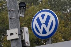Imagen del logo de Volkswagen en Wolfsburg, Alemania. 7 de octubre, 2015. La policía francesa realizó allanamientos en oficinas de Volkswagen en Francia, informó el domingo la fiscalía de París, como parte de una investigación tras las revelaciones de que la automotriz alemana alteró las pruebas sobre emisiones de gases en sus vehículos a diésel.  REUTERS/Axel Schmidt