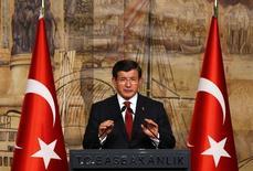 Премьер-министр Турции Ахмет Давутоглу на встрече с канцлером Германии Ангелой Меркель в Стамбуле 18 октября 2015 года. Беспилотник, сбитый турецким боевым самолетом у границы с Сирией в пятницу - российского производства, но Москва говорит, что он ей не принадлежит, сообщил премьер Турции Ахмет Давитоглу. REUTERS/Murad Sezer