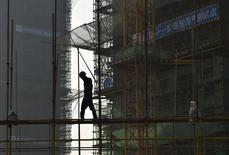 Un trabajador camina en un andamio en un sitio de construcción de residencias, en Hefei, China, 21 de septiembre de 2015. La inversión inmobiliaria en China en los primeros nueve meses del año creció a su ritmo más lento desde la crisis financiera mundial, aunque mejoraron las ventas, lo que subraya una recuperación dispar en uno de los sectores más críticos de la economía. REUTERS/Stringer