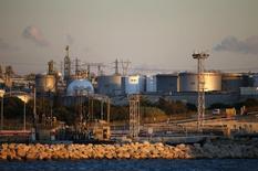 Нефтяной терминал Fos-Lavera под Марселем. 15 октября 2015 года. Цены на нефть растут за счет покрытия коротких позиций после 3-процентного падения в понедельник. REUTERS/Jean-Paul Pelissier
