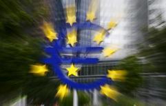 Символ евро у здания бывшей штаб-квартиры ЕЦБ во Франкфурте-на-Майне. 17 июля 2015 года. Стандарты кредитования для банков еврозоны оказались в третьем квартале более мягкими, чем ожидалось, так как банки, переполненные деньгами Европейского центробанка, конкурировали за клиентов, показало исследование ЕЦБ. REUTERS/Kai Pfaffenbach