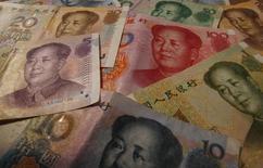 Банкноты китайского юаня. Шанхай, 15 апреля 2012 года. США призвали Китай к укреплению национальной валюты, утверждая что этот шаг будет способствовать изменению баланса китайской экономики, второй по величине в мире. REUTERS/Petar Kujundzic