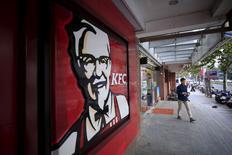 Yum Brands va scinder ses activités en Chine au sein d'une société cotée en Bourse, ce qui marquerait une réorganisation en profondeur du groupe agroalimentaire américain. Yum China, la nouvelle entité, deviendrait un franchisé de Yum Brands en Chine continentale et lui verserait un pourcentage de ses ventes en échange de droits d'exclusivité sur les trois principales marques du groupe, KFC, Pizza Hut et Taco Bell. /Photo prise le 9 octobre 2015/REUTERS Aly Song