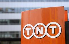 The TNT Express logo is pictured at the headquarters in Hoofddorp April 7, 2015.   REUTERS/Toussaint Kluiters/United Photos
