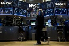 Les marchés boursiers américains ont ouvert mardi dans le rouge, les investisseurs digérant la publication d'une série de résultats de grands noms de la cote, dont IBM et Verizon.  Une dizaine de minutes après le début des échanges, l'indice Dow Jones perd 0,43%, le Standard & Poor's 500 recule de 0,28% et le Nasdaq Composite cède 0,34%. /Photo prise le 19 octobre 2015/REUTERS/Brendan McDermid