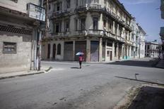 Una mujer en una calle en el centro de La Habana, ago 19, 2014. Rusia dará a Cuba un préstamo por 1.200 millones de euros (1.360 millones de dólares) para la construcción de la infraestructura de una estación de energía, reportó el martes la agencia estatal rusa RIA, que citó un decreto del Gobierno.  REUTERS/Alexandre Meneghini
