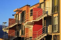 Casas construidas por Homex en Zumpango, México, 12 de noviembre de 2013. La Bolsa Mexicana de Valores (BMV) dijo el martes que las acciones de la constructora de viviendas Homex, que están suspendidas desde febrero del año pasado, reanudarán su cotización el próximo 23 de octubre. REUTERS/Henry Romero