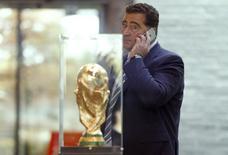 Domenico Scala, chefe do comitê de auditoria e conformidade da Fifa, fala ao telefone depois de reunião do comitê executivo da Fifa em Zurique. 20/10/2015 REUTERS/Arnd Wiegmann