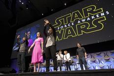 """Elenco e produtores de """"Star Wars: O Despertar da Força"""" participam de uma convenção sobre a franquia em Anaheim, nos Estados Unidos, em abril. 16/04/2015 REUTERS/David McNew"""