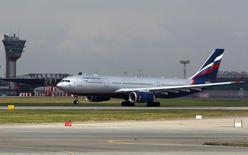 Самолет Аэрофлота вылетает из аэропорта Шереметьево под Москвой 6 июля 2013 года. Крупнейший авиаперевозчик Аэрофлот готов взять на работу 6.000 сотрудников Трансаэро и 34 самолета при условии получения маршрутов авиакомпании, прекращающей свое существование с 26 октября, сообщил представитель Аэрофлота. REUTERS/Maxim Shemetov