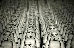 """Cinco mil réplicas del personaje del soldado imperial de """"La Guerra de las Galaxias"""", vistos durante un evento promocional para la película """"La Guerra de las Galaxias: El despertar de la Fuerza"""", en la Gran Muralla de China, a las afueras de Pekín, China, 20 de octubre de 2015. La venta anticipada de boletos para el estreno de """"La Guerra de las Galaxias: El despertar de la Fuerza"""" rompió el récord de IMAX con más de 6,5 millones de dólares para las funciones en Estados Unidos, dijo el martes la cadena de cines, y su último avance en las redes sociales ha sido visto más de 21 millones de veces. REUTERS/Jason Lee"""