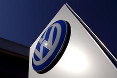 Volkswagen a suspendu la vente au sein de l'Union européenne de certains véhicules diesel répondant à la norme européenne anti-pollution Euro 5 encore disponibles chez les concessionnaires. /Photo prise le 3 octobre 2015/REUTERS/David Gray