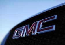 Логотип General Motors на автомобиле в дилерском центре GM в Карлсбаде, Калифорния, 4 января 2012 года. Автоконцерн General Motors Co отчитался о рекордной прибыли до вычета налогов за третий квартал благодаря высокому спросу на грузовики в Северной Америке, а также большой прибыли в Китае, что нивелировало падающую выручку. REUTERS/Mike Blake
