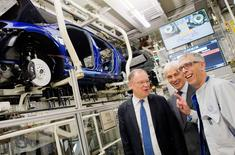 Volkswagen CEO Matthias Mueller (C) and Stephan Weil (L) Prime Minister of Lower Saxony and member of the VW Supervisory board look at the Golf 7 production line during a tour of the VW factory in Wolfsburg, Germany October 21, 2015. REUTERS/Julien Stratenschulte/Pool