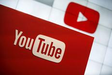 La plate-forme YouTube de Google lancera le 28 octobre aux Etats-Unis un service vidéo par abonnement qui, pour quelque 10 dollars par mois, permettra aux utilisateurs de regarder de la vidéo sans publicité. Le service, appelé YouTube Red, dont la société mère se nomme à présent Alphabet, sera lancé à grande échelle en début d'année prochaine et proposera des programmes exclusifs et films provenant de partenaires de la plate-forme. /Photo d'archives/REUTERS/Lucy Nicholson