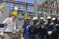 El presidente de Colombia, Juan Manuel Santos (a la izquierda), saluda a trabajadores en la nueva refinería en Cartagena, Colombia. 21 de octubre, 2015. La nueva Refinería de Cartagena arrancó el miércoles su proceso de encendido con la introducción de hidrocarburos a la unidad de crudo, el punto de partida para la refinación y producción de diésel, gasolina y combustible para aviación que le permitirá a Colombia reducir sus importaciones de derivados del petróleo. REUTERS/Cesar Carrion/Presidencia Colombiana/Handout via Reuters ATENCIÓN EDITORES - ESTA IMAGEN FUE PROVISTA POR UNA TERCERA PARTE. REUTERS NO PUDO VERIFICAR DE MANERA INDEPENDIENTE LA AUTENTICIDAD, CONTENIDO, UBICACIÓN O FECHA DE ESTA IMAGEN. SÓLO DISPONIBLE PARA USO EDITORIAL. NO DISPONIBLE PARA LA VENTA PARA CAMPAÑAS DE MÁRKETING O PUBLICIDAD. ESTA IMAGEN ES DISTRIBUIDA EXACTAMENTE COMO FUE RECIBIDA POR REUTERS,COMO UN SERVICIO A LOS CLIENTES