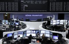 Помещение фондовой биржи во Франкфурте-на-Майне. 22 октября 2015 года. Европейские фондовые рынки разнонаправленны, пока инвесторы ждут итогов совещания Европейского центробанка, которое состоится в четверг. REUTERS/Staff/remote