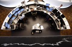 Les Bourses européennes varient peu à la mi-séance dans l'attente de la conférence de presse de Mario Draghi, le président de la BCE. À Paris, le CAC 40 abandonne 0,02% à 4.694,29 points à 10h35 GMT. À Francfort, le Dax gagne 0,32% et à Londres, le FTSE cède 0,08%. /Photo d'archives/REUTERS/Lisi Niesner
