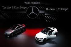 Автомобили Mercedes-Benz C-Class Coupe и C63 на автосалоне Frankfurt Motor Show (IAA). Франкфурт-на-Майне, 15 сентября 2015 года. Операционная прибыль немецкого автопроизводителя Daimler в третьем квартале увеличилась почти на треть благодаря высокому спросу в Европе и Китае вкупе с запуском новых моделей, обеспечившим рекордные продажи автомобилей премиум-сегмента. REUTERS/Ralph Orlowski
