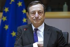 El presidente del BCE, Mario Draghi, durante una intervención ante el comité de asuntos económicos del BCE en Bruselas, el 23 de septiembre de 2015. El Banco Central Europeo mantuvo el jueves sin cambios su tasa de interés clave en un mínimo histórico de 0,05 por ciento en una reunión en Malta, mientras imprime dinero para impulsar a la economía y acelerar la inflación. REUTERS/Yves Herman