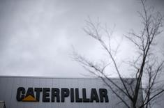 Информационный центр Caterpillar в Пеории, Иллинойс. 26 ноября 2013 года. Чистая прибыль американской компании Caterpillar Inc в третьем квартале снизилась из-за падения продаж оборудования на фоне снижения мировых темпов строительства, разработки месторождений и бурения нефтяных и газовых скважин, сообщила компания в четверг. REUTERS/Jim Young