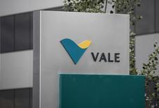 Le groupe minier brésilien Vale a fait état jeudi d'une perte nette de 1,9 milliard d'euros au titre du troisième trimestre, pénalisé par la faiblesse des cours du minerai de fer et du nickel ainsi que par le recul du real par rapport au dollar. Photo d'archives/REUTERS/Denis Balibouse
