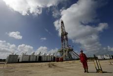 Рабочий китайской компании Great Wall Drilling у буровой установки в Варадеро. 21 октября 2015 года. Цены на нефть растут за счет улучшения макроэкономической статистики и подъема на фондовых рынках. REUTERS/Enrique de la Osa