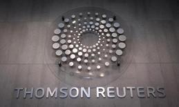 El logo de Thomson Reuters en el edificio de la compañía en Times Square, Nueva York, 29 de octubre de 2013. La empresa de información y noticias Thomson Reuters Corp reportó el viernes una ganancia superior a lo esperado, pese a una baja en sus ingresos debido a efectos cambiarios, y reafirmó sus proyecciones para el 2015. REUTERS/Carlo Allegri