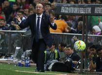 Técnico do Real Madrid, Rafa Benítez, gesticula durante a partida contra o Atlético de Madri, pelo Campeonato Espanhol. 04/10/2015 REUTERS/Andrea Comas