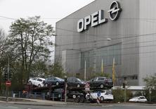 Opel, la filiale européenne de General Motors, a démenti vendredi enfreindre la réglementation européenne en matière d'émissions polluantes, après la publication d'une étude selon laquelle l'un de ses derniers modèles, la Zafira 1.6 CDTi , émet trop d'oxydes d'azote. /Photo d'archives/REUTERS/Wolfgang Rattay