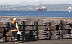 Un trabajador portuario revisa un cargamento de cátodos de cobre listos para ser exportados a Asia en Valparaíso, Chile, ene 25, 2015. La agencia estatal Comisión Chilena del Cobre (Cochilco) recortó el viernes en un 8,7 por ciento su estimación para el precio del metal a 2,53 dólares por libra para 2015, en medio de un desplome de su valor en los mercados internacionales.  REUTERS/Rodrigo Garrido