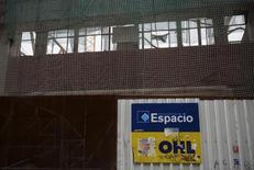 El logo de OHL en una construcción en Madrid, 2 de marzo de 2015. El grupo español de infraestructuras OHL informó a última hora del domingo sobre el inicio de procesos sancionadores contra su filial OHL México y algunos directivos por parte del supervisor bursátil mexicano CNBV. REUTERS/Andrea Comas