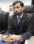 El ministro del Petróleo de Emiratos Árabes Unidos, Suhail bin Mohammed al-Mazroui, escucha preguntas de periodistas antes de una reunión de la OPEP, en Viena, 31 de mayo de 2013. El ministro del Petróleo de Emiratos Árabes Unidos dijo el lunes que prevé una corrección al alza en los precios del crudo el próximo año. REUTERS/Leonhard Foeger