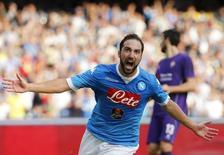 Atacante Gonzalo Higuaín, do Napoli, comemora gol marcado contra a Fiorentina pelo Campeonato Italiano em Nápoles. 18/10/2015 REUTERS/Ciro De Luca