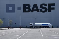 Foto de archivo de un almacén de la compañía BASF, en ludwigshafen,  23 de abril de 2015. BASF, la empresa de productos químicos más grande del mundo por ventas, redujo su pronóstico de ganancias para todo el año por la debilidad de la demanda y la caída de las monedas locales en China, Brasil y otros mercados emergentes, lo que hacía que sus acciones retrocedieran más de un 4 por ciento. REUTERS/Ralph Orlowski/Files