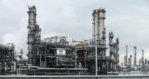 НПЗ австрийской компании OMV в Швехате. 21 октября 2015 года. Цены на нефть снижаются за счет избыточного предложения и прогноза увеличения запасов нефти в США. REUTERS/Heinz-Peter Bader