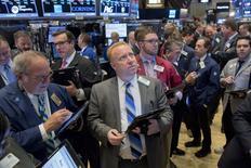 Operadores trabajando en la Bolsa de Nueva York, 26 de octubre de 2015. Las acciones bajaban el martes en la apertura en la bolsa de Nueva York, ya que los inversores evaluaban unos reportes de ganancias de empresas y un dato que mostró que los pedidos de bienes duraderos en Estados Unidos cayeron en septiembre. REUTERS/Brendan McDermid