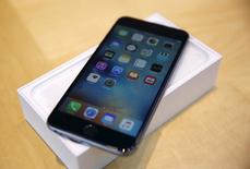 Apple affiche un chiffre d'affaires et un bénéfice trimestriels supérieurs aux attentes avec un bond de 36% des ventes de l'iPhone, dopées par la sortie le mois dernier des modèles 6S et 6S Plus. /Photo prise le 25 septembre 2015/REUTERS/Robert Galbraith
