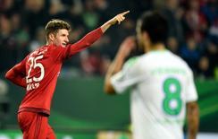 Thomas Mueller, do Bayern de Munique, comemora segundo gol do time durante jogo da Copa da Alemanha contra o Wolfsburg, em Wolfsburg, na Alemanha, nesta terça-feira. 27/10/2015 REUTERS/Fabian Bimmer
