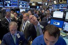 Трейдеры на фондовой бирже в Нью-Йорке. 26 октября 2015 года. Фондовые рынки США снизились во вторник из-за слабых квартальных результатов Ford и некоторых других компаний. REUTERS/Brendan McDermid